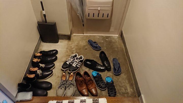 玄関の靴が散乱している様子