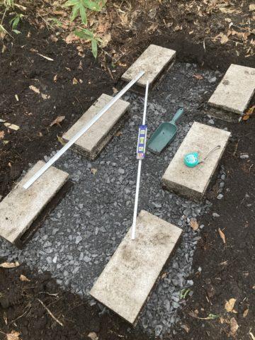 ブロックを配置し水平を測っている写真